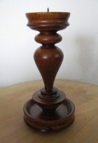 Výrobek: Dřevěný svícen - tmavě hědý