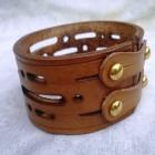 Výrobek: Ručně řezaný kožený náramek z pravé kůže, široký 4cm