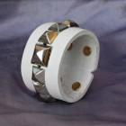 Výrobek: Kožený náramek s pyramidami - bílý