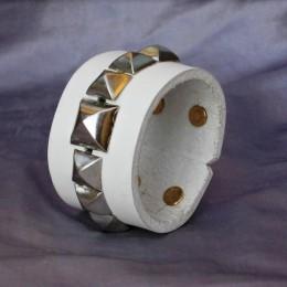 Obrázek výrobku: Kožený náramek s pyramidami - bílý