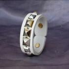 Výrobek: Kožený náramek s pyramidami2 - bílý
