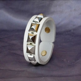Obrázek výrobku: Kožený náramek s pyramidami2 - bílý