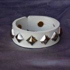 Výrobek: Kožený náramek s pyramidami3 - bílý