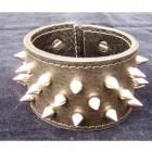 Výrobek: Ručně řezaný kožený náramek z pravé kůže, s nerezovými trny, široký 5cm
