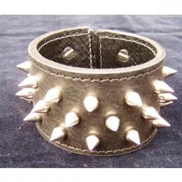 Obrázek výrobku: Ručně řezaný kožený náramek z pravé kůže, s nerezovými trny, široký 5cm