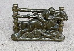 Obrázek výrobku: Žokej na koni mosazný stojánek na vizitky