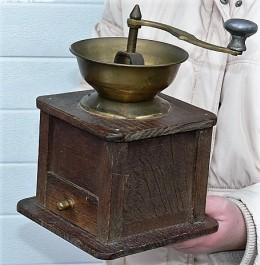 Obrázek výrobku: Starý velký mlýnek na kafe s mosaznou násypkou