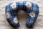 Výrobek: Cestovní polštář - tmavě modrý s květy