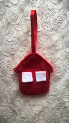 a70d12889a3 Vánoční ozdoba - červený domeček