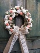 Výrobek: Věnec z pytloviny s růžičkami