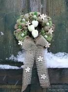 Výrobek: Věnec z pytloviny dekorován bilými květy a zelenými lístečky