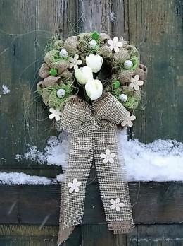 Obrázek výrobku: Věnec z pytloviny dekorován bilými květy a zelenými lístečky