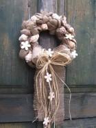 Výrobek: Věnec z pytloviny dekorovaný bílými květy a lasturami