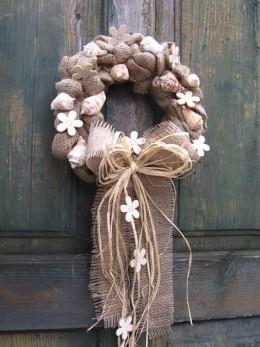 Obrázek výrobku: Věnec z pytloviny dekorovaný bílými květy a lasturami