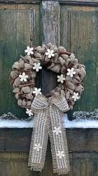 Výrobek: Věnec z pytloviny dekorován bílými květy a dřevěnými kolíčky