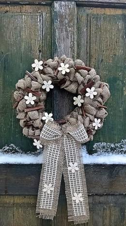 Obrázek výrobku: Věnec z pytloviny dekorován bílými květy a dřevěnými kolíčky
