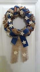 Výrobek: Věnec z pytloviny dekorován riflovinou, bílými květy a dřvenými kolíky