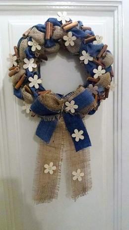 Obrázek výrobku: Věnec z pytloviny dekorován riflovinou, bílými květy a dřvenými kolíky