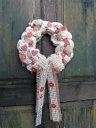 Výrobek: Věnec z pytloviny dekorován červenými květy a srdíčky