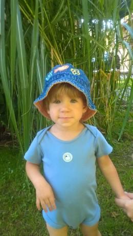 Obrázek výrobku: Riflový klobouček s rybičkou a květinkami