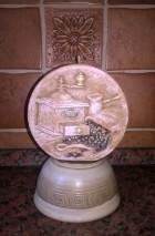 Výrobek: Svíčka s dekorem - imitace keramiky - vůně kakaověho másla