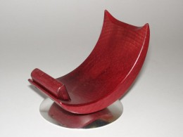 Obrázek výrobku: Dřevěný stojánek na mobil - buk - červený - mosazná podstava