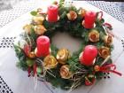 Výrobek: Adventní věnec s červenými svícemi a růžičkami