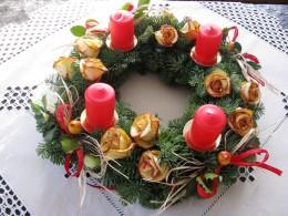 Obrázek výrobku: Adventní věnec s červenými svícemi a růžičkami