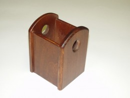 Obrázek výrobku: Stojánek na kancelářské potřeby s otvory - mořený dub