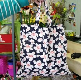 Obrázek výrobku: Nákupní taška s květy - tmavěmodrá