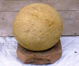 Obrázek výrobku: Dekorační koule na podstavci - průměr 50 cm - přírodní pískovec