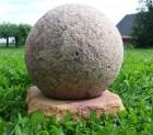 Výrobek: Dekorační koule na podstavci - 25 cm - přírodní pískovec